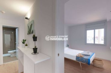 appartement a vendre a rosas, ref.3805, aperçu chambre et couloir accès salle de bains