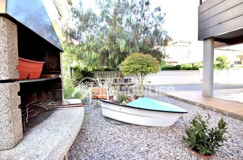 la costa brava: appartement ref.3797, vue rapprochée du barbecue dans le jardin de la résidence