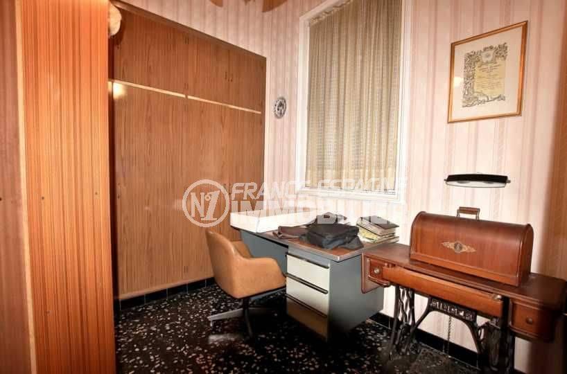 n1immobilier: villa 402 m², quatrième chambre aménagée en bureau avec rangements
