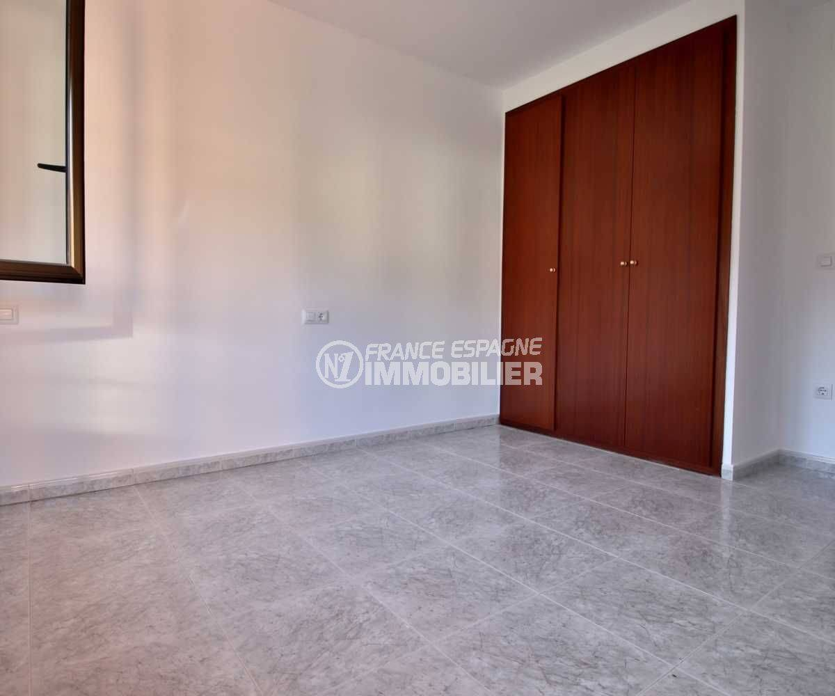 vente villa costa brava, ref.3801, chambre 1 vue rapprochée de la penderie intégrée