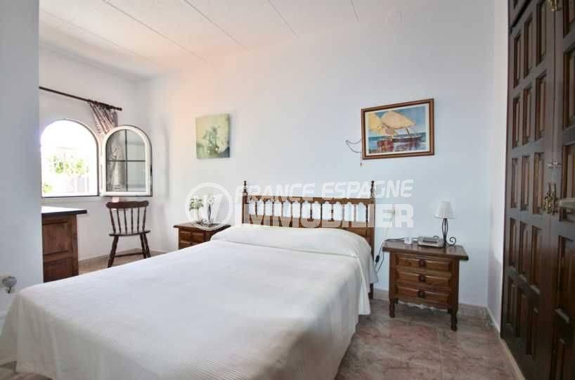 la costa brava: villa de 113 m², deuxième chambre avec lit double et rangements