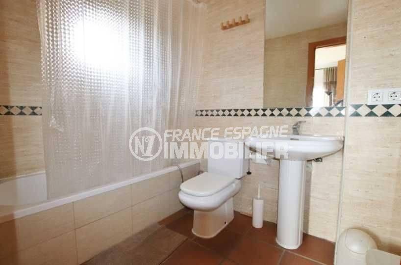 agence immobiliere costa brava espagne: ref.3795, salle de bains: baignoire, lavabo et wc