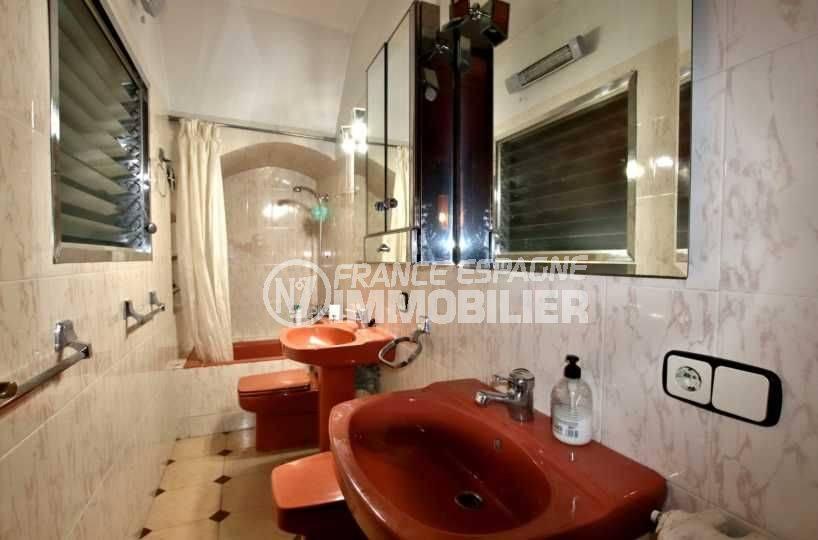 immobilier costa brava: villa 402 m², deuxième salle de bains avec baignoires, lavabo et wc