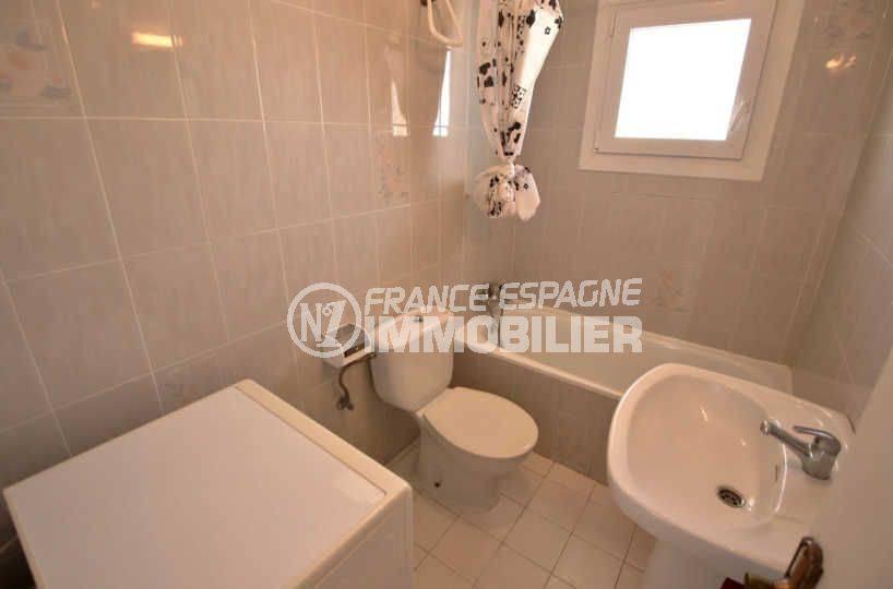 roses immobilier: appartement ref.3804, une salle de bain avec baignoire, lavabo et wc