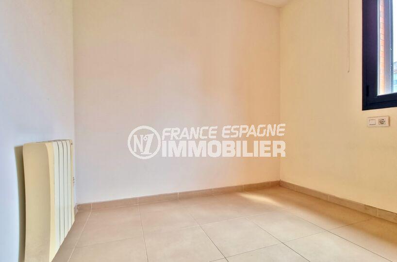 rosas immo: appartement 3 pièces 68 m², 2° chambre lumineuse, radiateur électrique