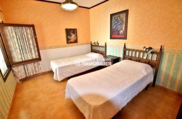 roses immobilier: appartement ref.3774, seconde grande chambre avec deux lits