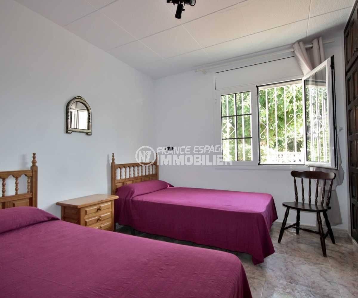 immobilier a empuriabrava: villa 113 m², troisième chambre 2 lits simples avec rangements