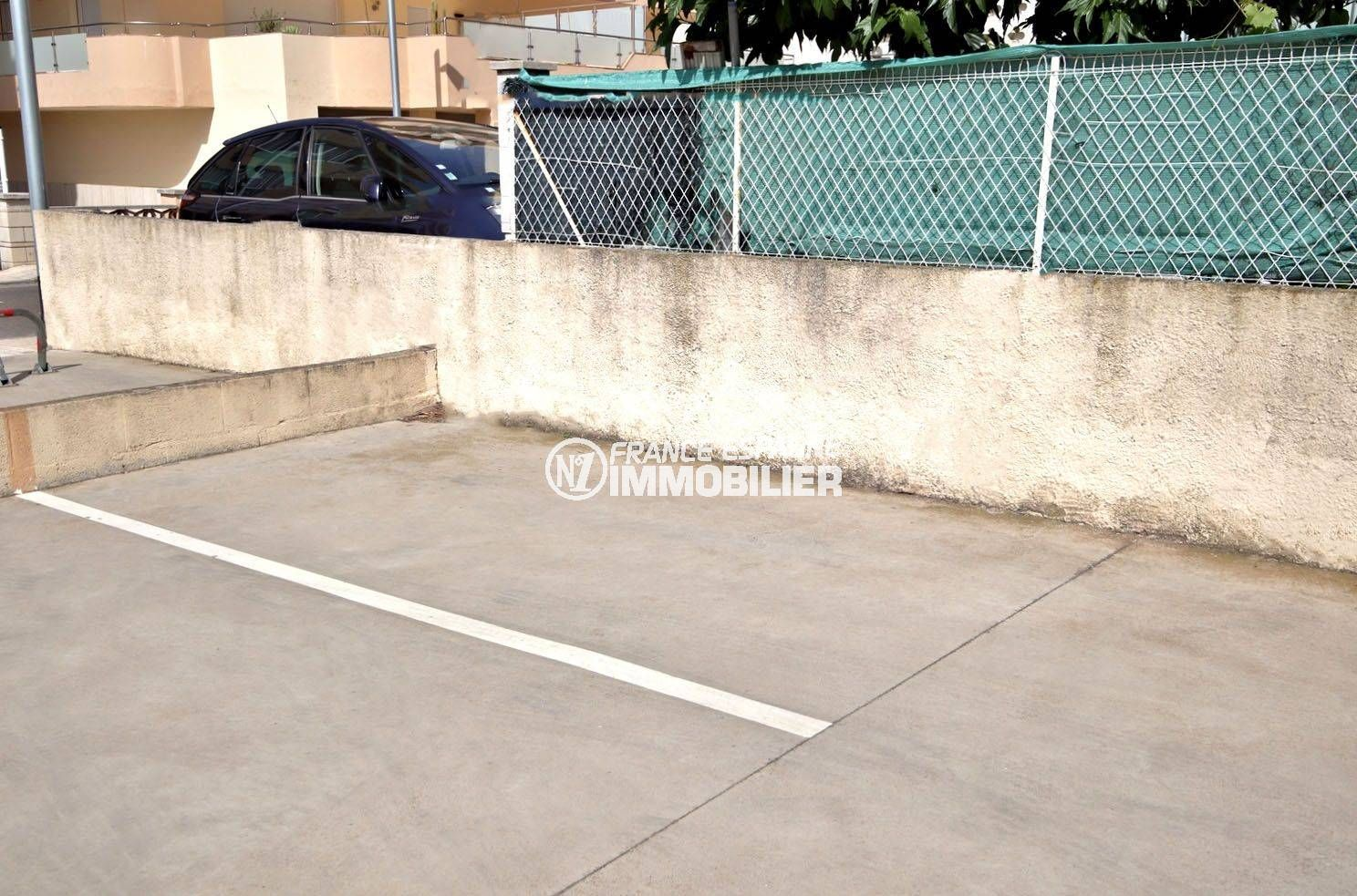 appartement costa brava, ref.3804, vue sur la place de parking privée