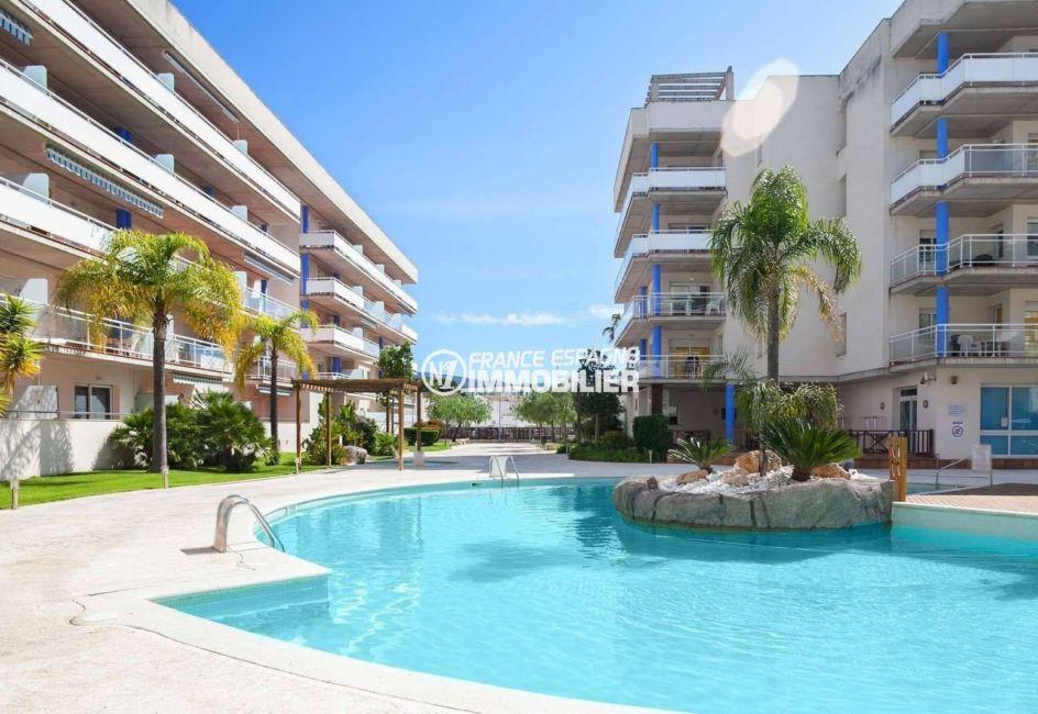 immocenter roses: appartement ref.3805, vue rapprochée sur la piscine et jardin