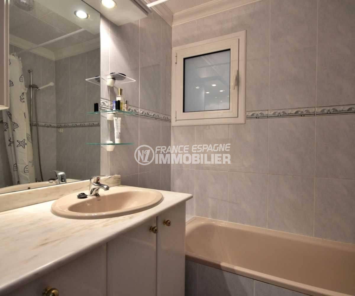 agence immobiliere costa brava espagne: villa 113 m², salle de bains avec baignoire et meuble vasque