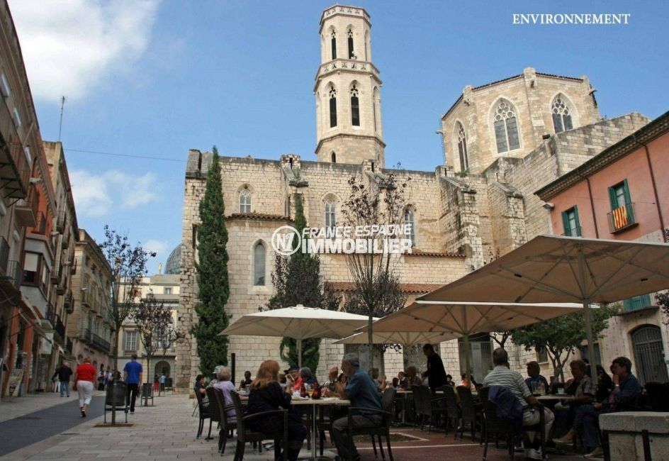 aperçu de l'église saint pere et terrasses de restaurants à proximité
