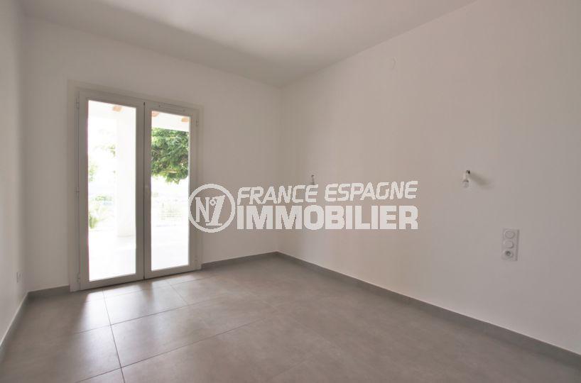roses immobilier: villa 167 m², suite parentale lumineuse, salle d'eau attenante, accès jardin