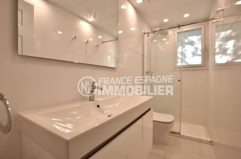 agence immobilière roses: appartement ref.3790, salle d'eau avec toilettes