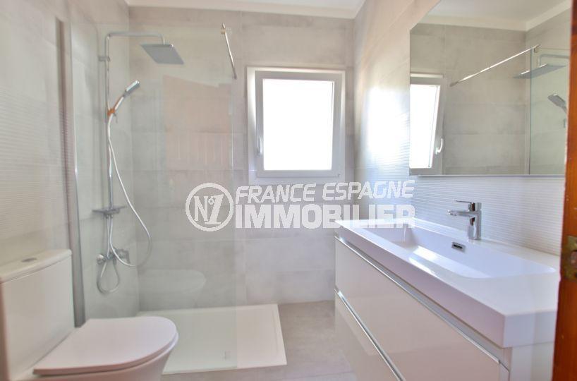 agence rosas: villa pau, salle d'eau attenante à la suite parentale