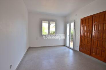 maison a vendre espagne rosas, garage, deuxième chambre lumineuse avec placards accès jardin