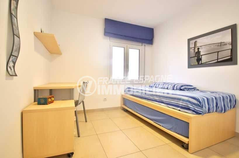 vente maison costa brava, ref.3796, chambre 4 avec un lit simple et un bureau
