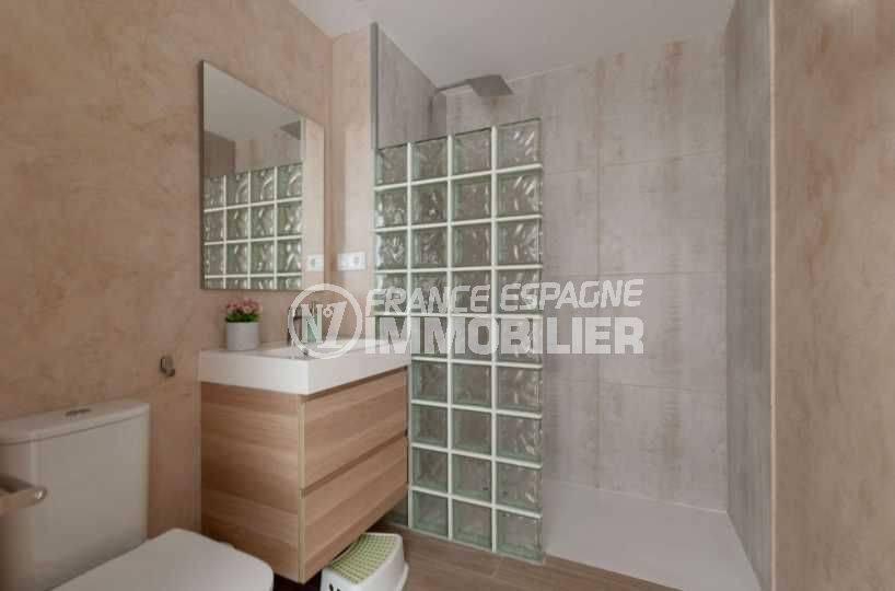 immocenter roses: villa ref.3803, seconde salle d'eau avec toilettes