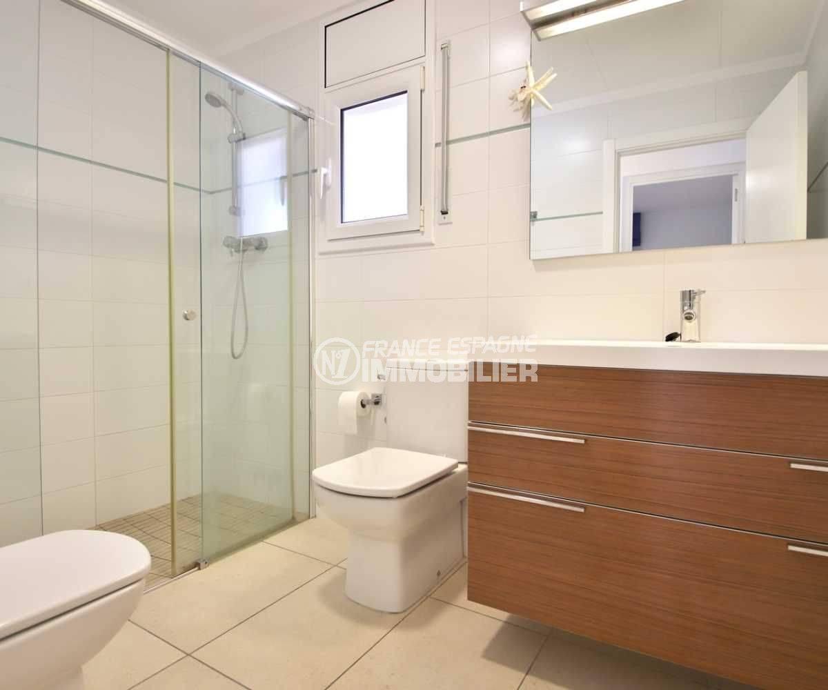 achat maison espagne costa brava, ref.3796, salle d'eau: cabine de double, vasque et wc