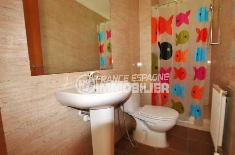 n1immobilier: villa ref.3795, vue sur la salle d'eau avec douche, lavabo et toilettes