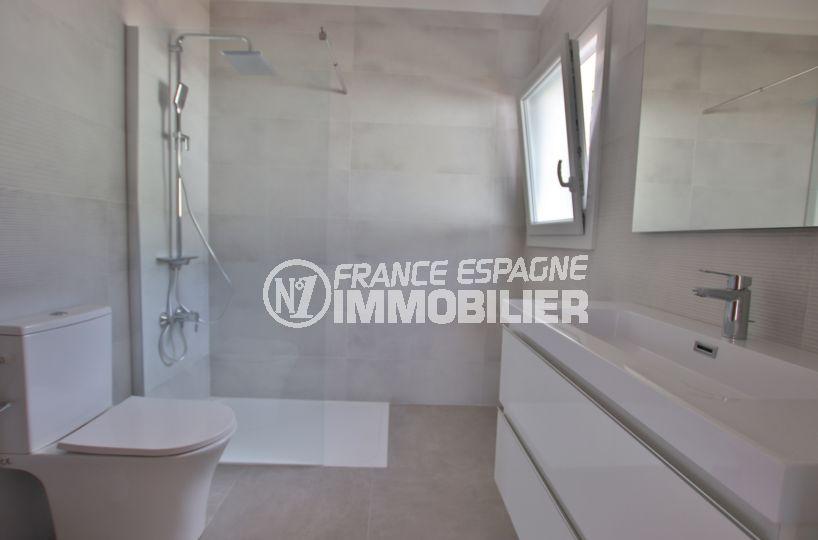 maison a vendre espagne costa brava, pau, salle d'eau avec douche, vasque et wc