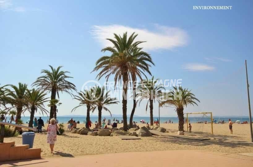 plage avec terrains de jeux aménagés pour se divertir à proximité