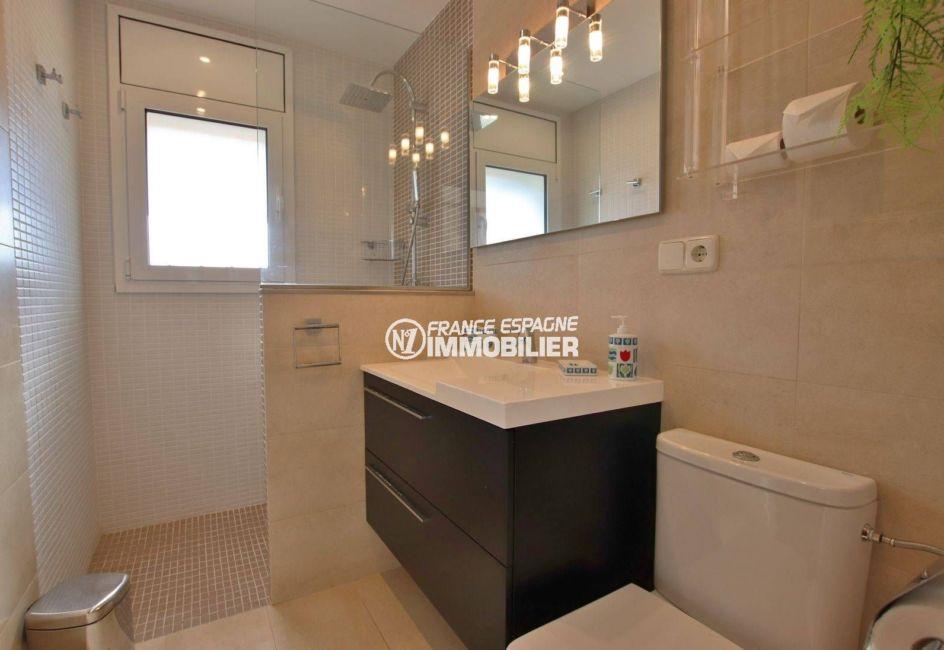 agence immobiliere costa brava espagne: villa 292 m², salle d'eau avec douche, vasque et wc
