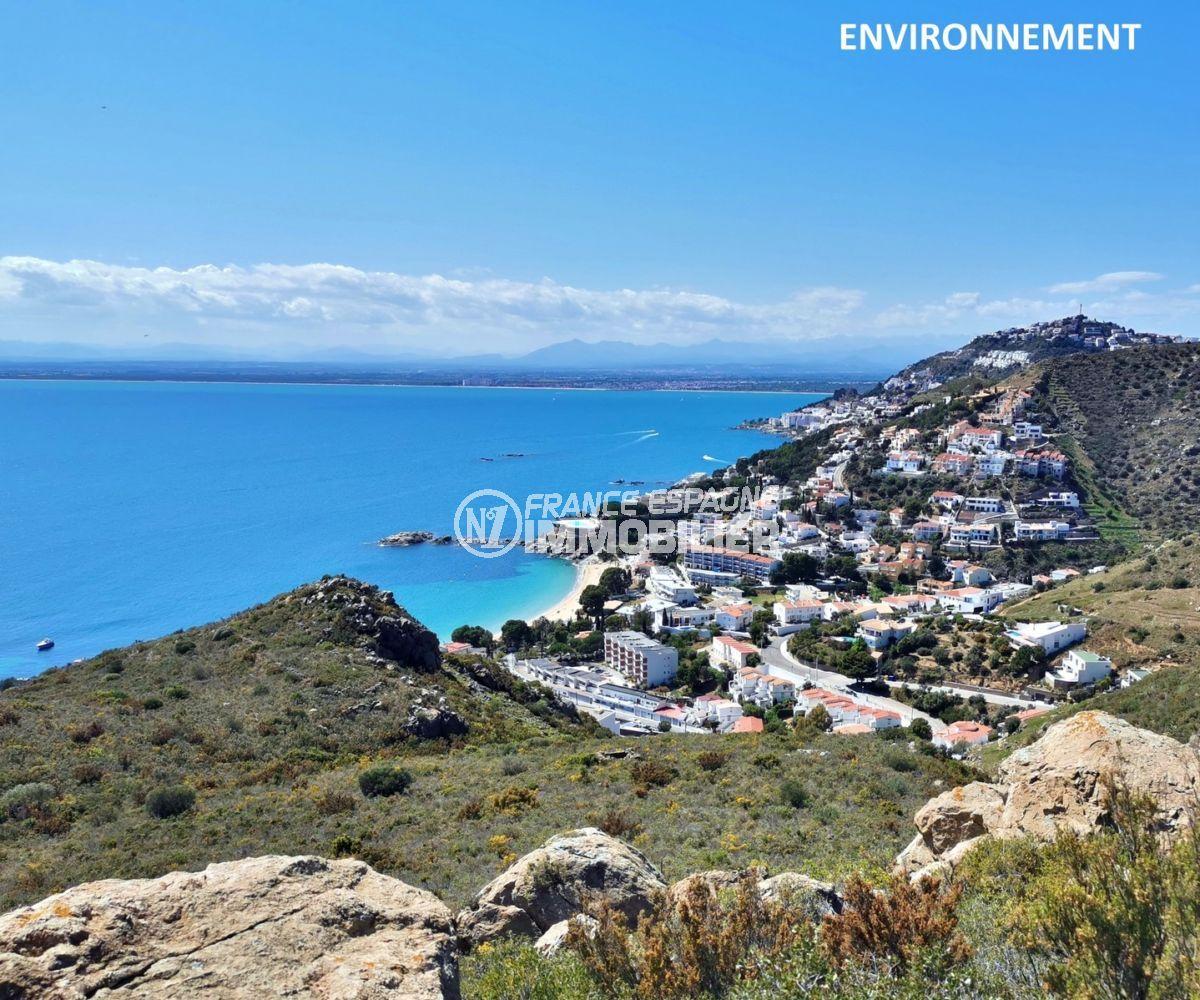 aperçu de la côte, belle vue sur la mer et les montagnes aux alentours