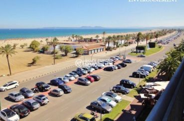 grand parking près de la plage et des commerces aux alentours