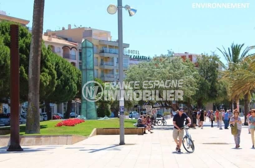immo center roses: villa ref.3773 proche plage & commerces, vue de la promenade le long de la plage