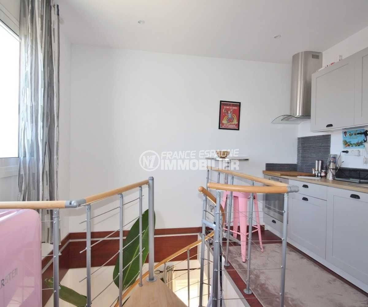 immocenter roses: villa ref.3463, descente escalier et coin cuisine au 1er étage