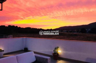 immo center rosas: villa ref.3463, terrasse illuminée et couché de soleil sur la montagne