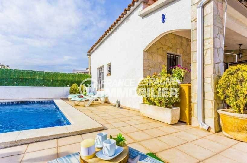 immobilier ampuriabrava: villa ref.3832, chaises longues aux abords de la piscine