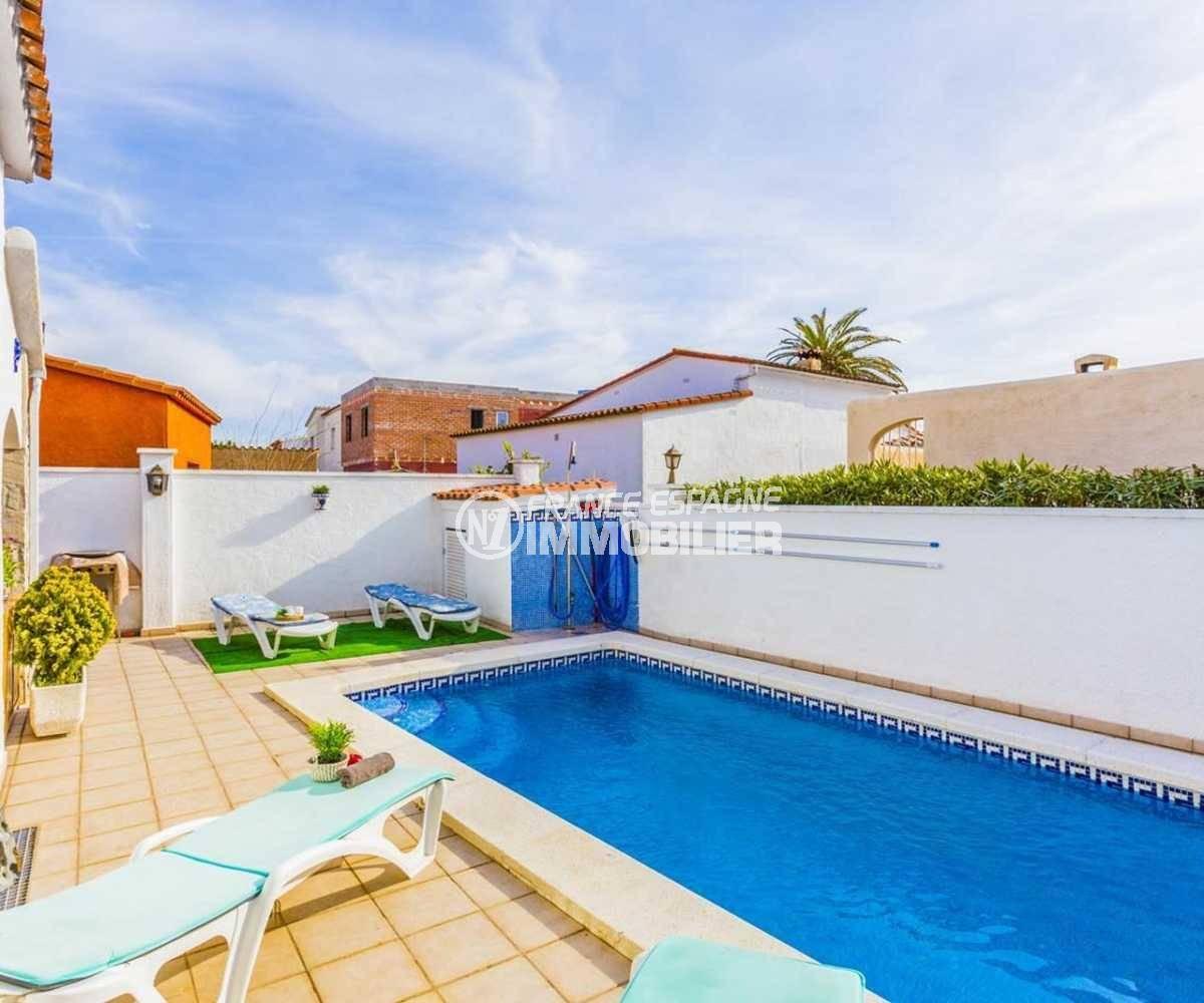 immobilier empuria brava: villa ref.3832, douche et coin barbecue au fond derrière la piscine
