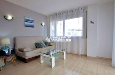 appartement a vendre rosas, ref.3813, aperçu du salon depuis la cuisine américaine