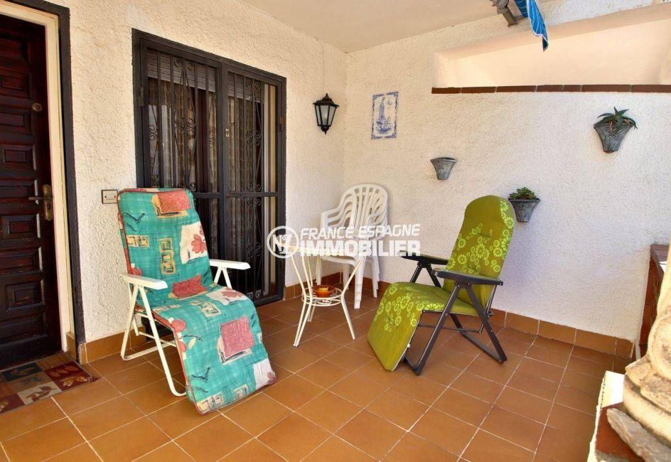 immo roses: villa ref.3815, petite terrasse à l'entrée de la villa