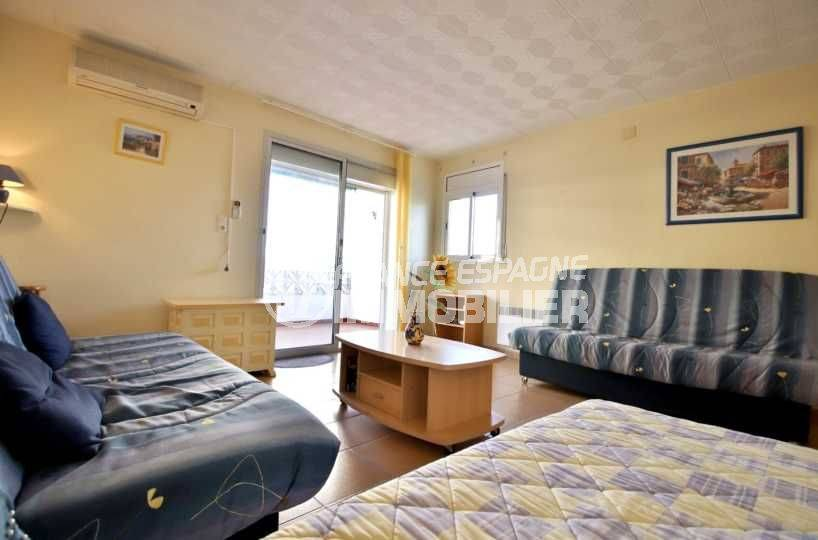 immo roses espagne: studio ref.3814, pièce principale avec deux canapés convertibles et un lit double