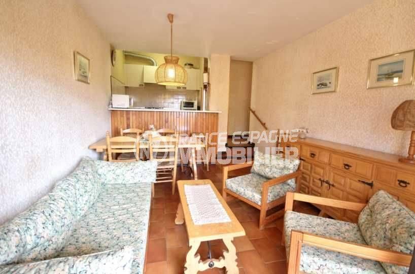 immobilier empuria brava: appartement ref.3809, séjour lumineux avec cuisine américaine au fond