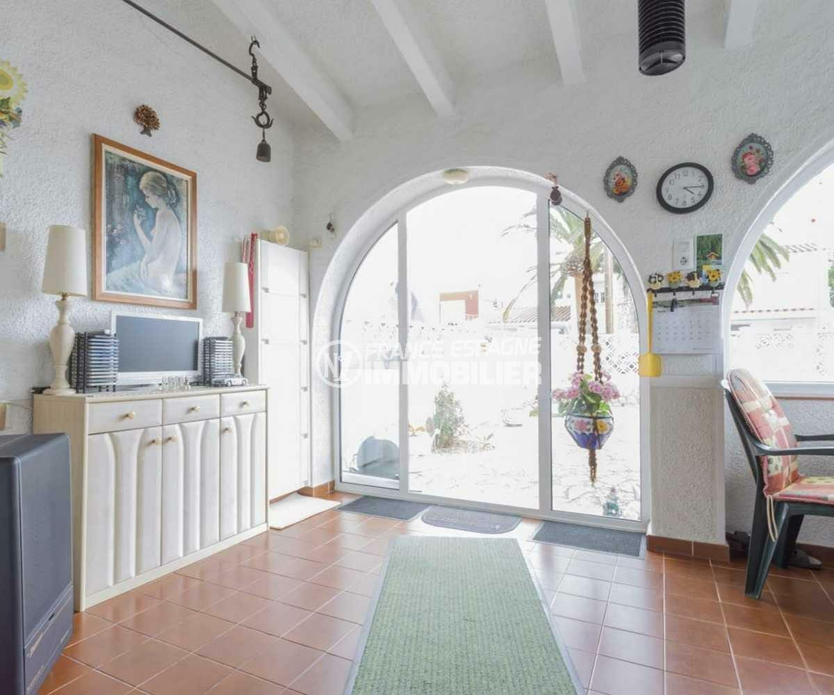 agence immo empuriabrava: villa ref.3833, vue sur le hall d'entrée avec des rangements