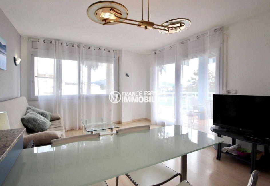 immo roses: appartement ref.3813, séjour / salon avec accès sur la terrasse d'environ 10 m²