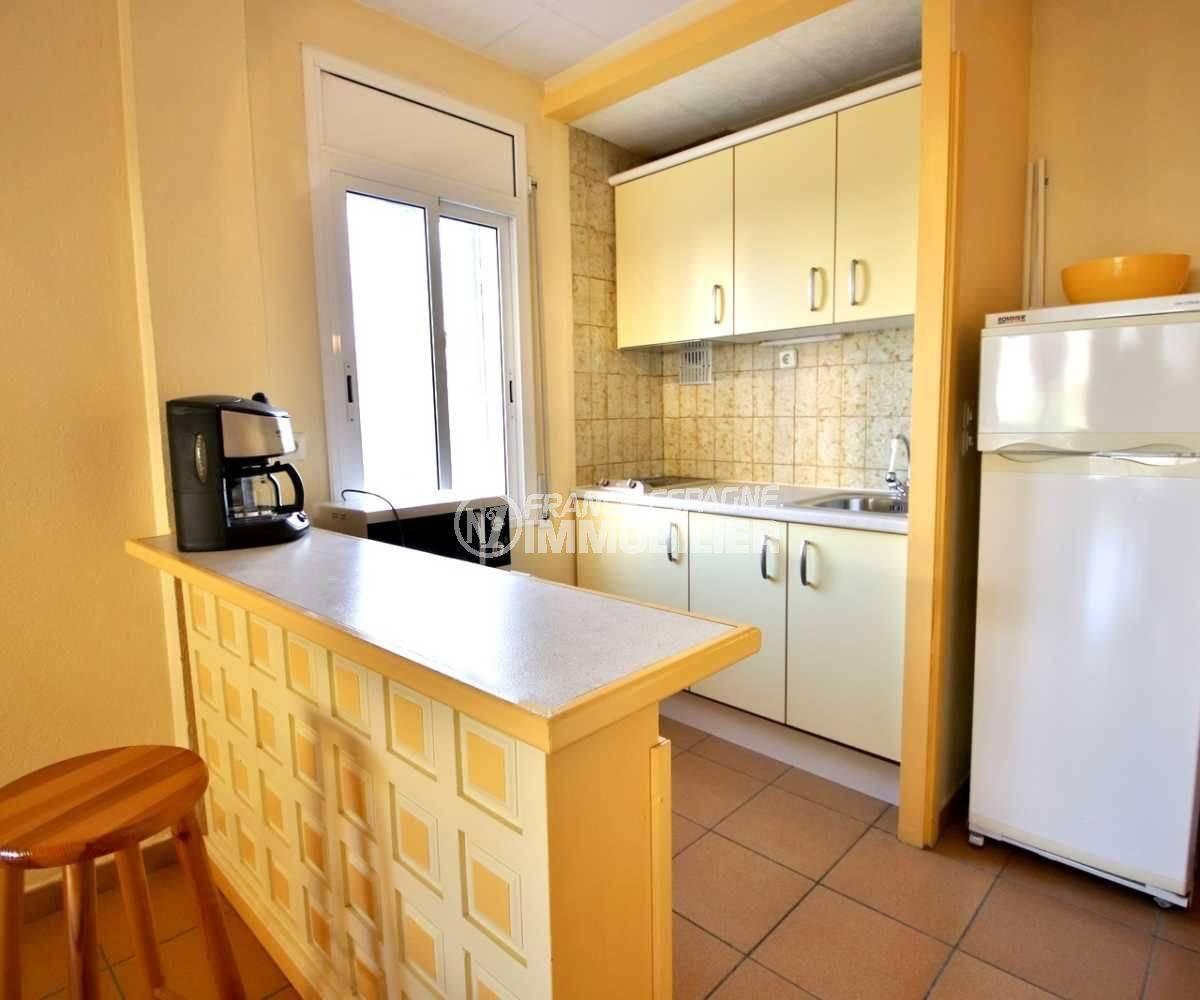 appartement a vendre a rosas, ref.3814, aperçu du bar et de la cuisine américaine équipée
