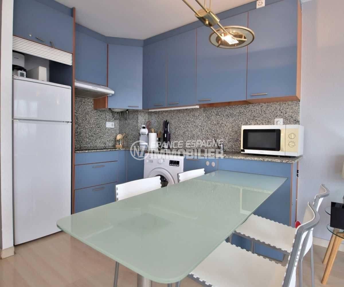 appartement a vendre a rosas, ref.3813, coin repas avec cuisine américaine aménagée