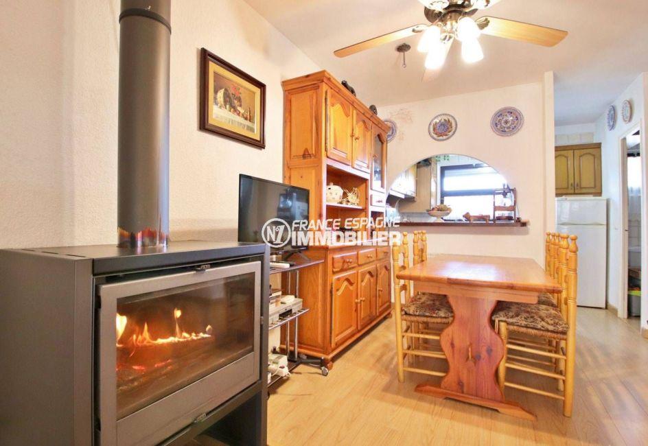 immobilier roses espagne: villa ref.3815, séjour avec cheminée et coin salle à manger