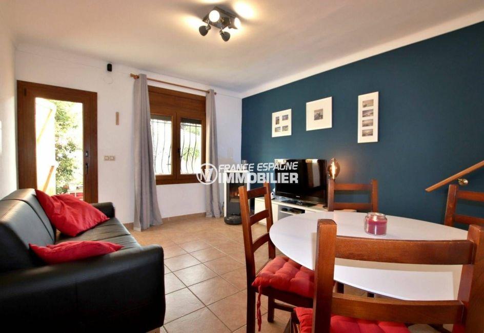 vente immobilier costa brava: villa ref.3818, aperçu du salon avec un poêle