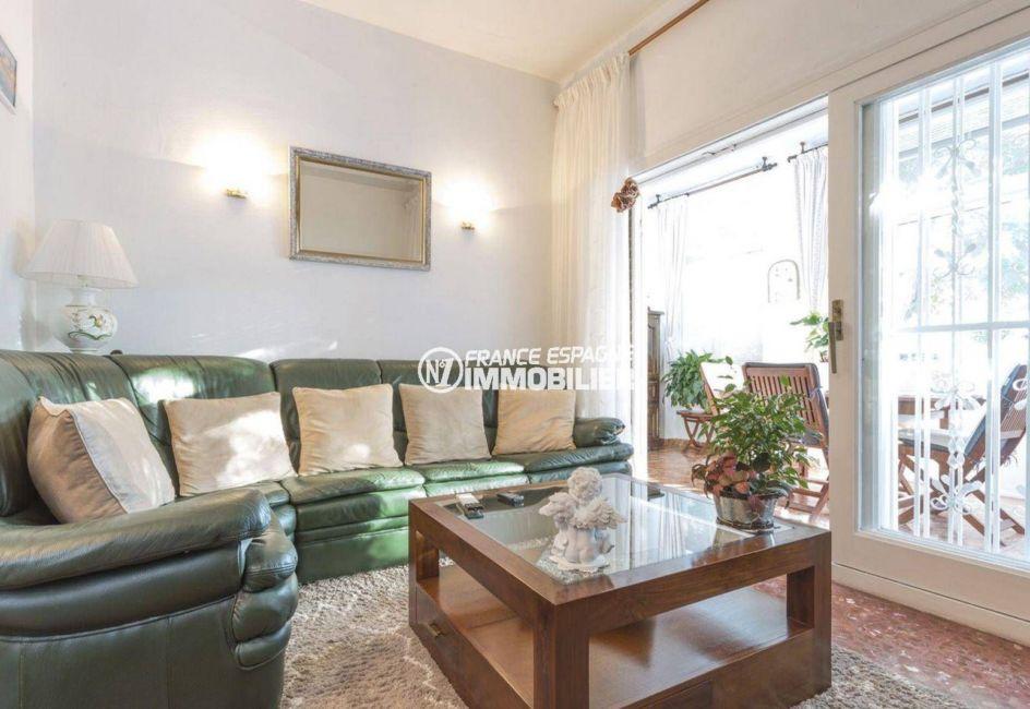 agence immo empuriabrava: villa ref.3828, séjour coté salon avec accès à la véranda