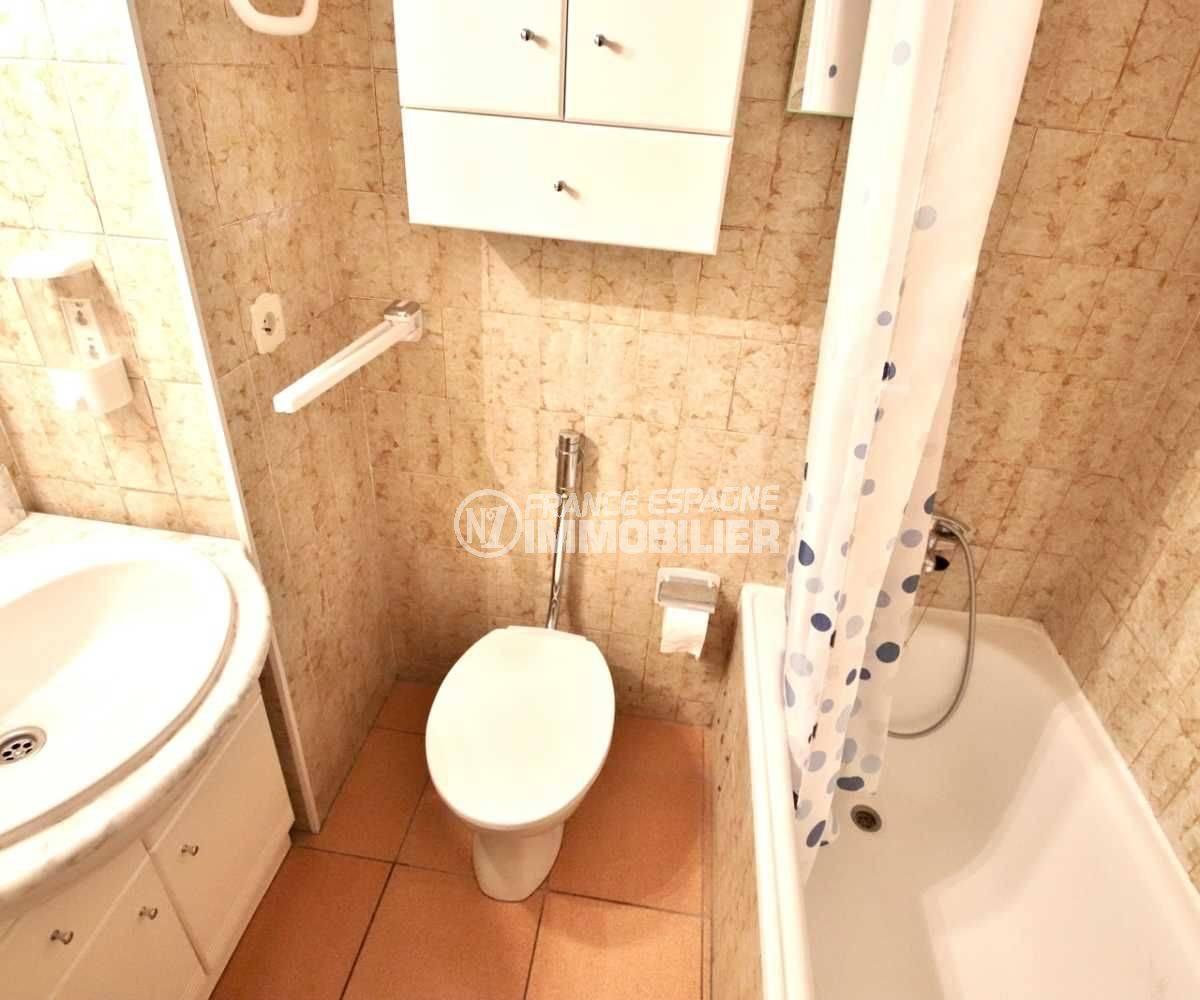 vente appartement rosas espagne, ref.3814, salle de bains avec wc, vasque et des rangements
