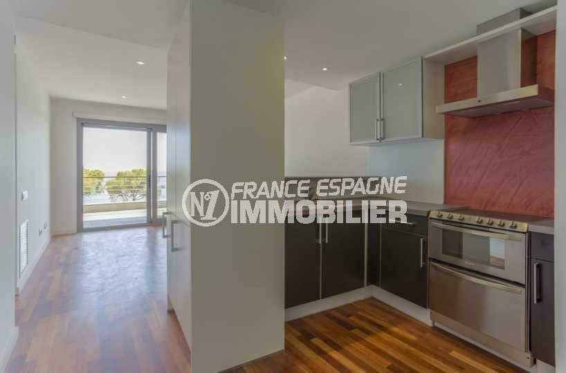 immobilier costa brava: appartement ref.3826, aperçu de l'accès à la cusine américaine équipée