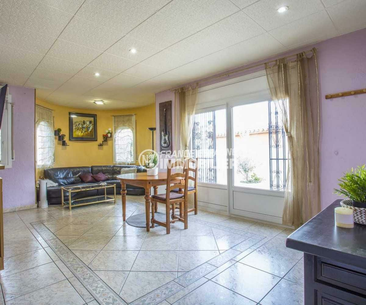 maison a vendre espagne, ref.3832, séjour avec coin repas et accès terrasse