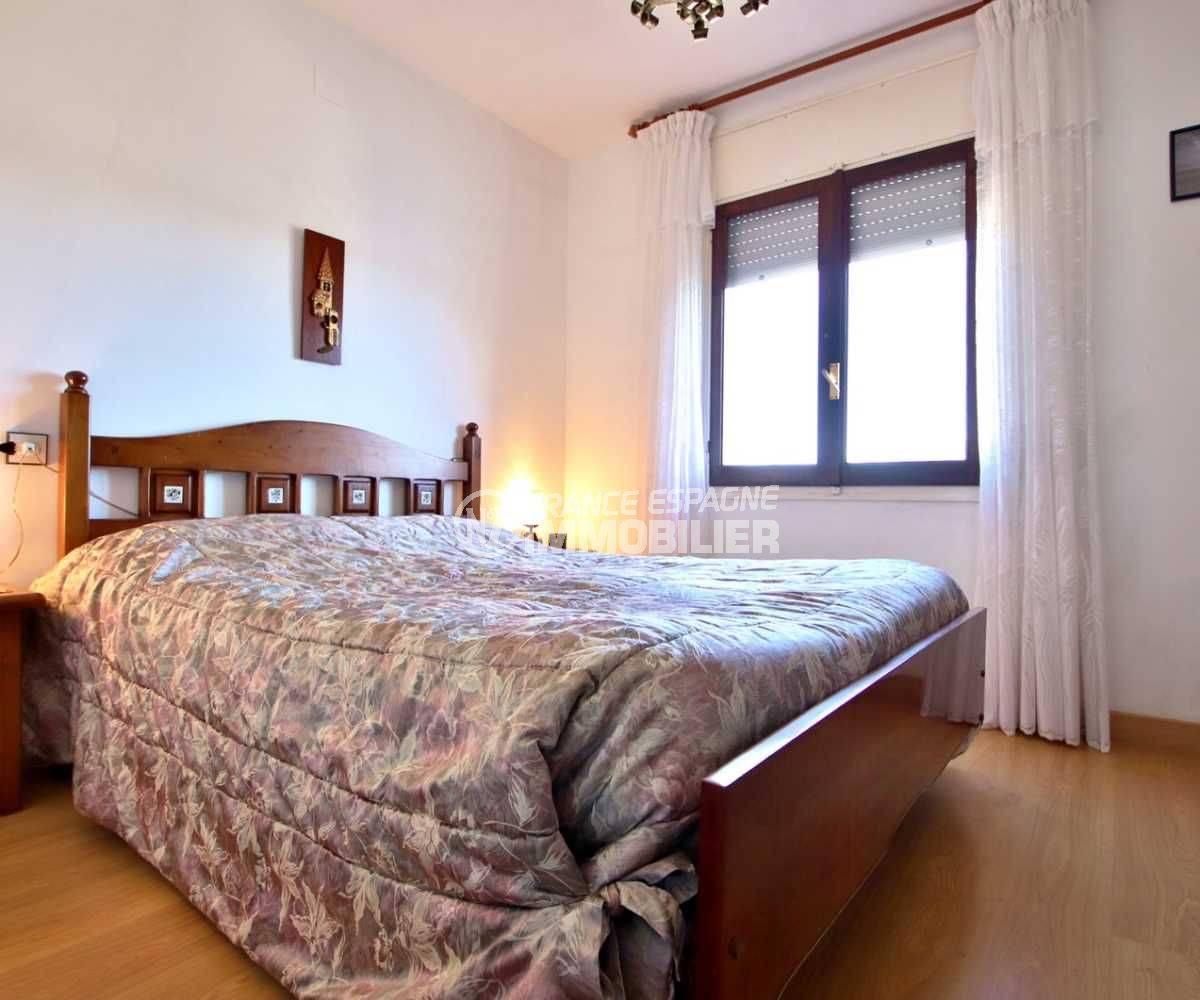 roses immobilier: villa ref.3815, chambre 1 avec lit double et fenêtre avec volets roulants