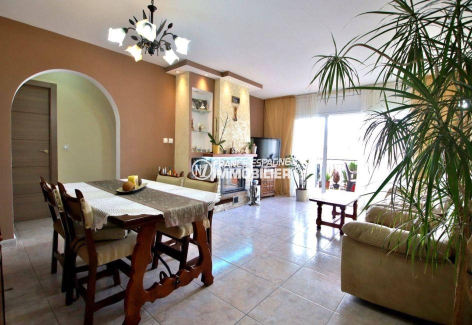 agence immobiliere costa brava: ref.3820, salon / salle à manger avec une cheminée