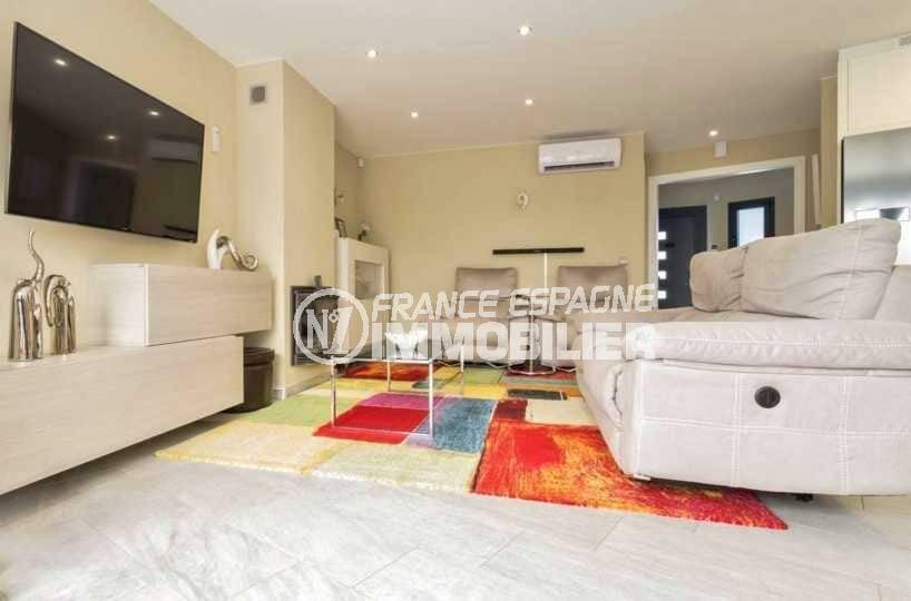 agence immobiliere costa brava: villa ref.3827, vue sur le salon avec des rangements